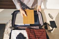 Mężczyzna kocowania walizka obrazy stock