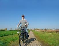Mężczyzna kolarstwo w wsi Fotografia Stock