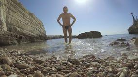 Mężczyzna komes z morza śródziemnomorskiego w Cypr zbiory wideo