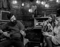 Mężczyzna komponuje piosenkę z modną modniś brodą, muzyczny pojęcie Brodaty mężczyzna bawić się gitarę Rodzina wydaje czasu słuch fotografia stock