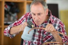 Mężczyzna koncentruje podczas gdy używać cios pochodnię zdjęcie royalty free