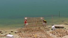 Mężczyzna konstrukci Denna tratwa z bambusem Wywodzi się na plaży w Wietnam zbiory wideo