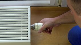 Mężczyzna kontrolny klimat w domu zbiory