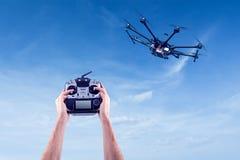 Mężczyzna kontroluje latających trutni Obrazy Royalty Free