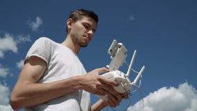 Mężczyzna kontroluje quadcopter trutnia latanie zbiory