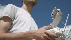 Mężczyzna kontroluje quadcopter trutnia latanie zbiory wideo