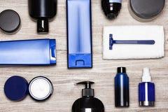 Mężczyzna kosmetyków bogacze - męski przygotowywać produktów mieszkanie nieatutowy Zdjęcie Royalty Free