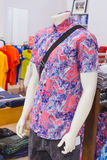 Mężczyzna koszula na atrapie Zakupy centrum handlowe bali piękny Indonesia wyspy kuta mężczyzna bieg kształta zmierzchu miasteczk Zdjęcie Royalty Free