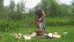 Mężczyzna kotlecika drewno na haliźnie zdjęcie wideo
