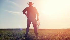 Mężczyzna kowbojski kapelusz i loso w polu Amerykański rolnik w f Fotografia Royalty Free