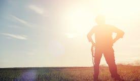 Mężczyzna kowbojski kapelusz i loso w polu Amerykański rolnik w f Zdjęcia Stock