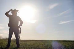 Mężczyzna kowbojski kapelusz i loso w polu Amerykański rolnik w f Zdjęcie Royalty Free