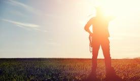 Mężczyzna kowbojski kapelusz i loso w polu Amerykański rolnik w f Zdjęcie Stock