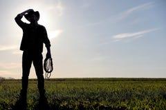 Mężczyzna kowbojski kapelusz i loso w polu Amerykański rolnik w f Zdjęcia Royalty Free