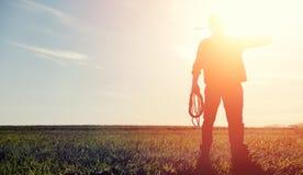 Mężczyzna kowbojski kapelusz i loso w polu Amerykański rolnik w f Fotografia Stock