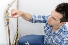 Mężczyzna kręcenia dźwignia na pipework obrazy royalty free