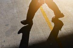 Mężczyzna kroczenia niepowodzenie sukcesu pojęcie fotografia stock