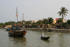Mężczyzna krzyżuje łodzią rzekę w Hoi (Wietnam) Fotografia Stock