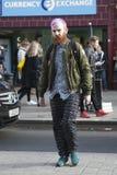 Mężczyzna krzyżuje drogę w Oksfordzkiej ulicie z różowym włosy Obrazy Stock