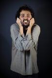 Mężczyzna krzyczy budzić się w piżamach fotografia stock