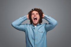 Mężczyzna krzyczy i drzeje za włosy zdjęcie stock