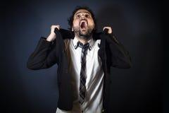 Mężczyzna krzyczy na czarnym tle zdjęcia royalty free