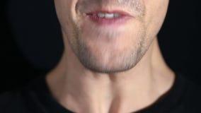 Mężczyzna krzyczy w kamerę na czarnym tle Usta i uśmiechu zakończenie zdjęcie wideo