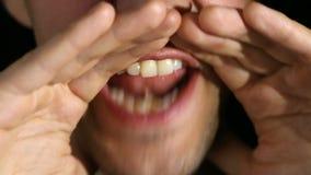 Mężczyzna krzyczy w kamerę na czarnym tle Usta i uśmiechu zakończenie zbiory wideo