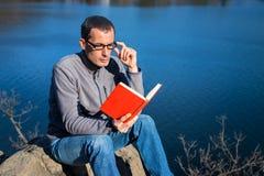 mężczyzna książkowy czytanie Fotografia Stock