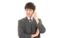 Mężczyzna który opowiada na mądrze telefonie Zdjęcie Stock