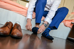 Mężczyzna który stawia jego skarpety z butami obrazy stock