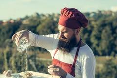 Mężczyzna kucbarski szef kuchni z szkłem Obraz Stock