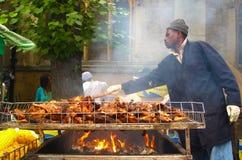 Mężczyzna kucharstwa szarpnięcia kurczak przy Notting wzgórza karnawałem Londyn obrazy stock