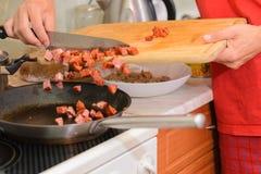 Mężczyzna kulinarny meksykański jedzenie. Obraz Royalty Free