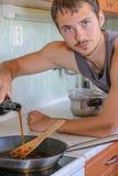 Mężczyzna kulinarny porzeczkowy kumberland. Zdjęcia Stock