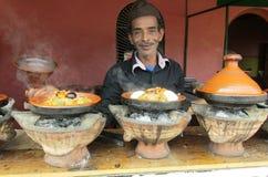 Mężczyzna kulinarny tajine fotografia royalty free