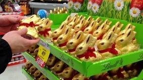 Mężczyzna kupienia czekoladowy królik wśrodku supermarketa zbiory wideo