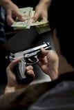 Mężczyzna kupienia pistolet od handlowa Zdjęcia Stock