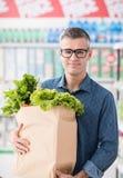 Mężczyzna kupienia warzywa przy sklepem Fotografia Royalty Free