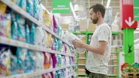Mężczyzna kupienia zwierzęcia domowego jedzenie zdjęcie wideo