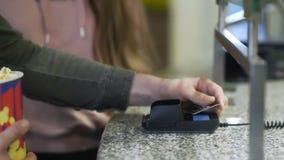 Mężczyzna kupuje filmu bilet z kartą kredytową zbiory wideo