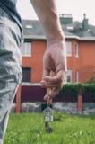 Mężczyzna kupuje nowego dom Klucze w ręce Zdjęcia Stock