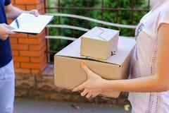 Mężczyzna kurier Przynosi rozkaz klient, Daje Sig, pióru i papierowi Obrazy Stock