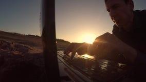 Mężczyzna laptop biznesmena freelancer sylwetki mężczyzna laptop pracuje za obsiadaniem na plaży freelancing w słońcu Zdjęcie Royalty Free