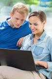 Mężczyzna laptop i kobieta obrazy stock