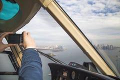 Mężczyzna latanie w helikopterze filmował wyspę która Manhattan, Zdjęcia Stock