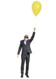 Mężczyzna latanie z koloru żółtego balonem Fotografia Royalty Free
