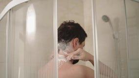 Mężczyzna lathers jego włosy z szamponem i szyję być czysty po to, aby zbiory wideo