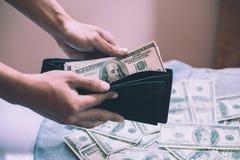 Mężczyzna liczenia gotówka z pieniądze w portflu Obraz Stock