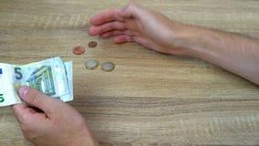 Mężczyzna liczy pieniądze i myśleć dlaczego żyć do pensji Brak pieni?dze, ub?stwo zbiory